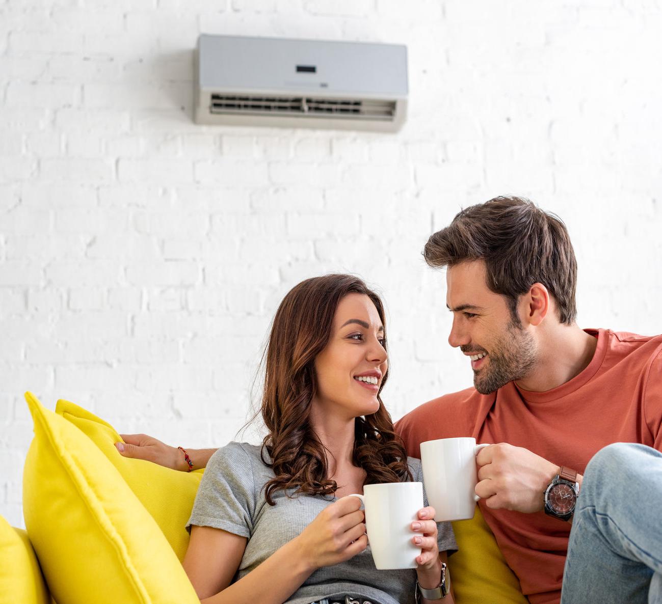 Couple sous une climatisation